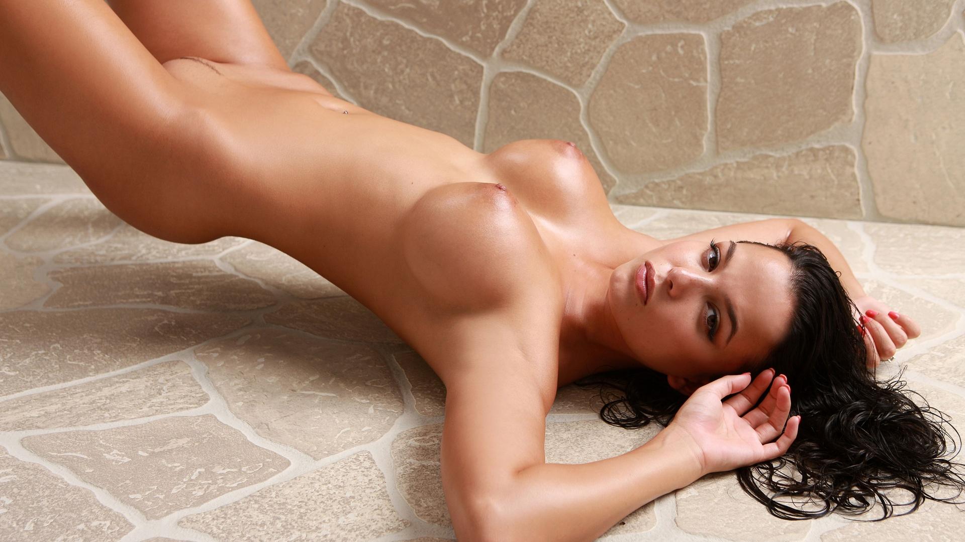 Порно красивую брюнетку поставили на колени и дали за щеку долгих