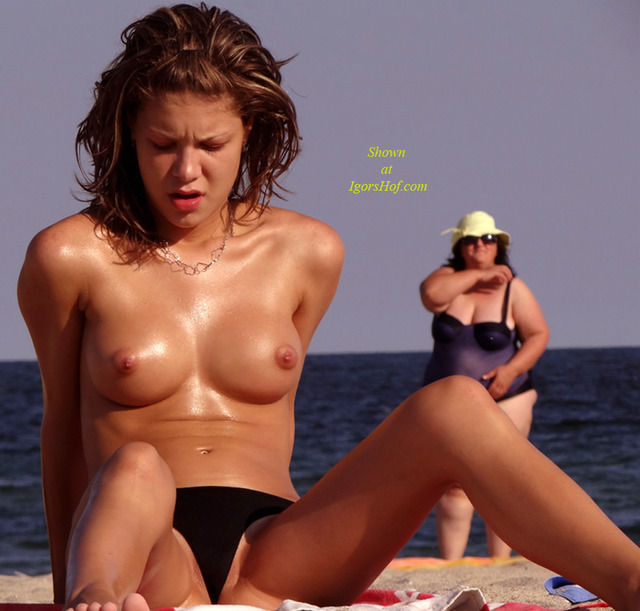 amateur topless beach photos girl pics hot beach topless voyeured