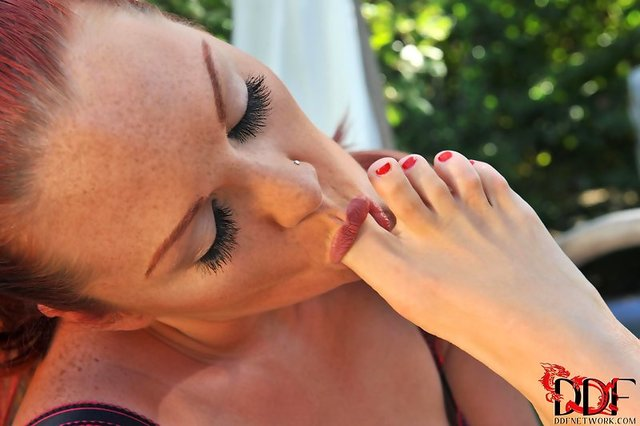 foot sucking pics category suck female feet worship toe footfetishpost