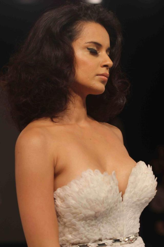 hot big bobs photo photo pics hot sexy show stills cleavage boob press kangana ranaut