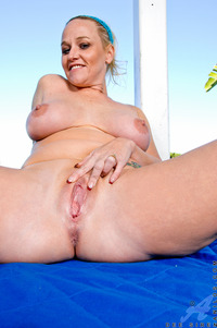 hot mature women pussy milf porn anilos hot fingers mature pussy pool