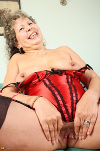 pussy woman mature large mature woman playing pussy